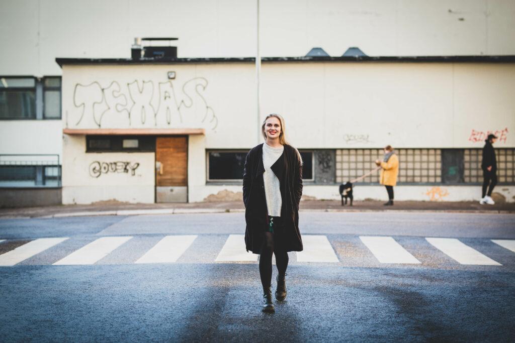Amanda Pasanen kävelee kadulla.