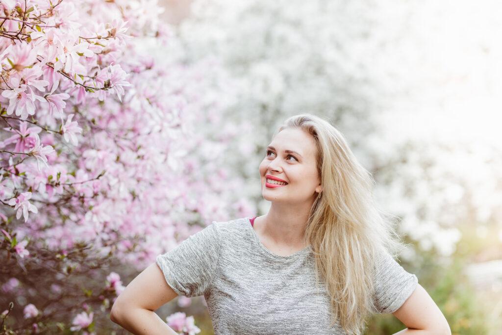 Amanda Pasanen kirsikkapuun edessä.